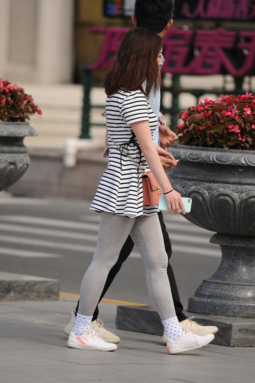 灰打底 街拍美女圖片發布 街拍絲襪第一站