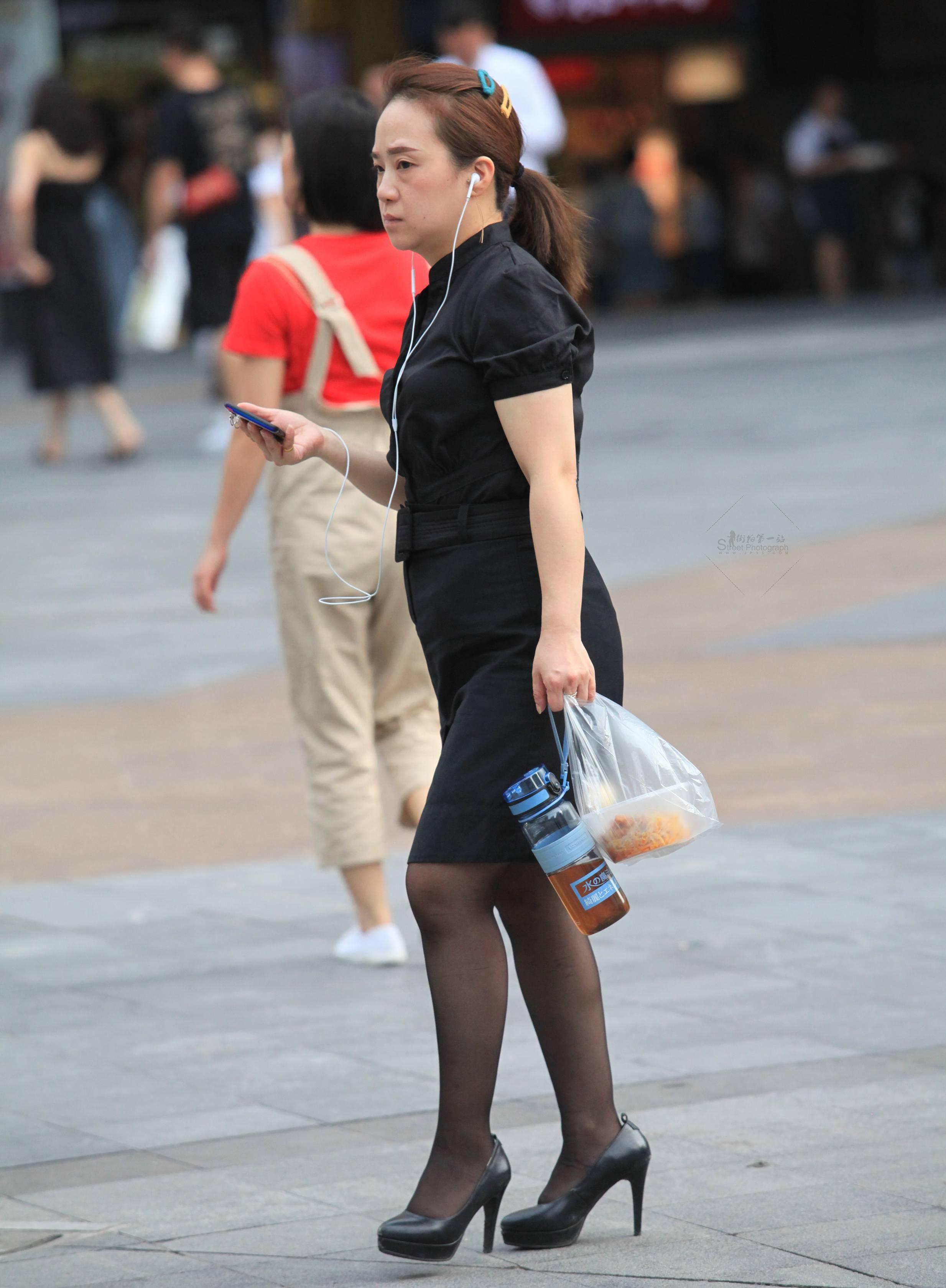 街拍高跟,街拍制服,街拍黑絲 【玨一笑而過】黑絲 高跟制服裝 最新街拍絲襪圖片 街拍絲襪第一站