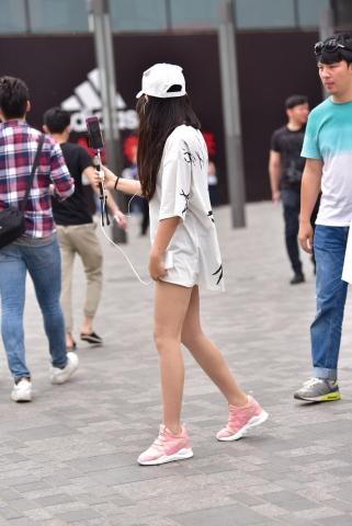 玩直播的裸腿妹子 最新街拍丝袜图片 街拍丝袜第一站
