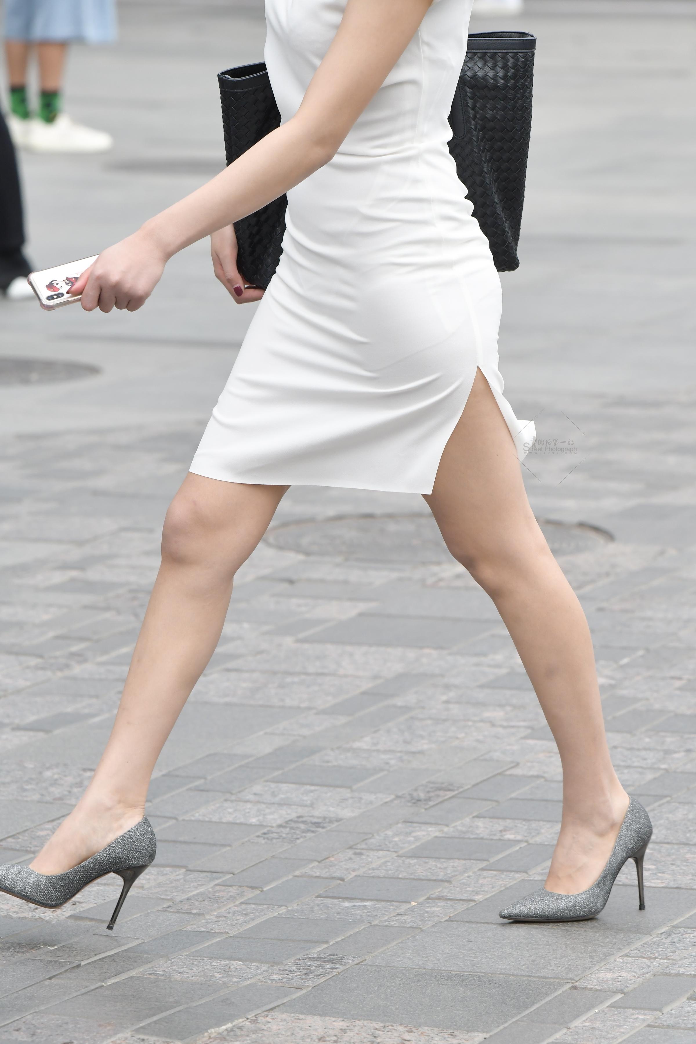 街拍高跟,街拍美女,街拍包臀,街拍包臀裙 白色开叉包臀裙 高跟荷叶边无痕内美女 最新街拍丝袜图片 街拍丝袜第一站
