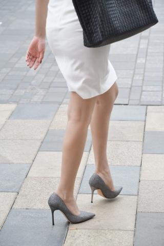 白色开叉包臀裙 高跟荷叶边无痕内美女-街拍丝袜第一站