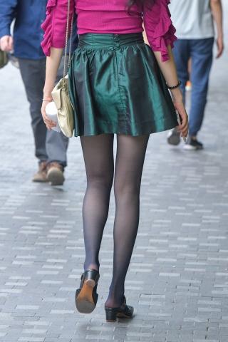 古典美的姑娘穿着街拍黑丝裸根鞋还带着眼镜哦