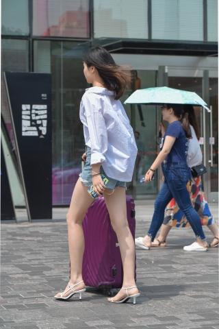 我分开她的雪白玉腿_旅行中的热裤大 长腿高跟美女,我喜欢她的休闲-最新街拍丝袜 ...