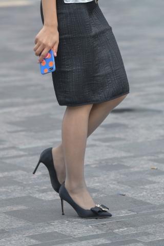 咖啡街拍黑丝袜黑高跟办公室OL的优雅和时尚漫步