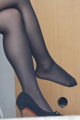 进门坐下就脱鞋晾街拍黑丝脚的妹子