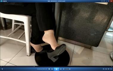 桌上吃饭桌下挑鞋的短丝街拍OL[01:29]