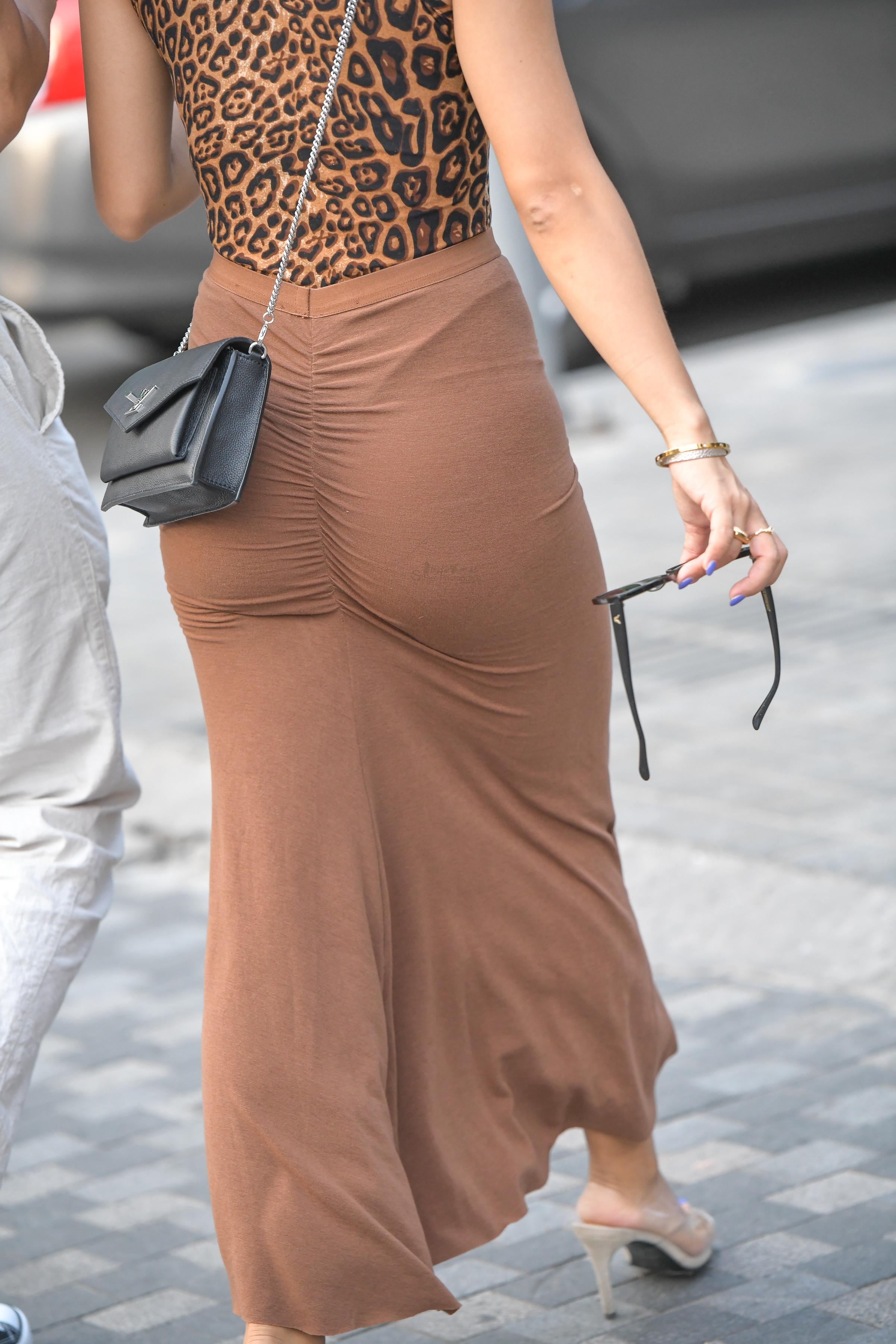 这个船 豹纹连体衣的姑娘穿的提臀裙吧曲线一览无余