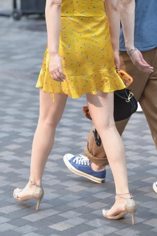 街拍美女,街拍高跟 黄裙子高跟好腿 美女好白好美 最新街拍丝袜图片 街拍丝袜第一站