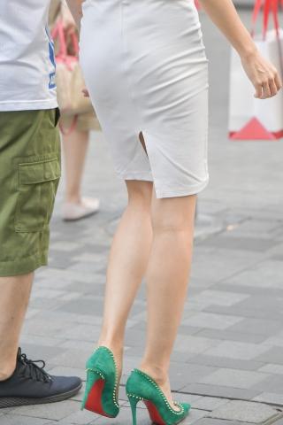 街拍高跟,街拍高跟美女,街拍美女 开叉包腚裙 高跟美女 最新街拍丝袜美女 街拍丝袜第一站