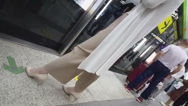 97 短发气质OL 身材不错 肉街拍丝袜美足 白色高跟鞋