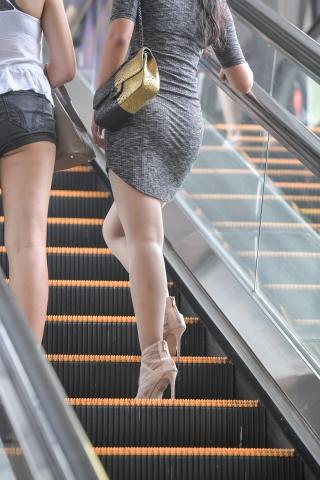 街拍美女,街拍高跟,街拍丝袜,街拍肉丝袜袜,街拍肉丝袜袜袜 上电梯的肉丝袜袜高跟 美女 最新街拍丝袜美女 街拍丝袜第一站