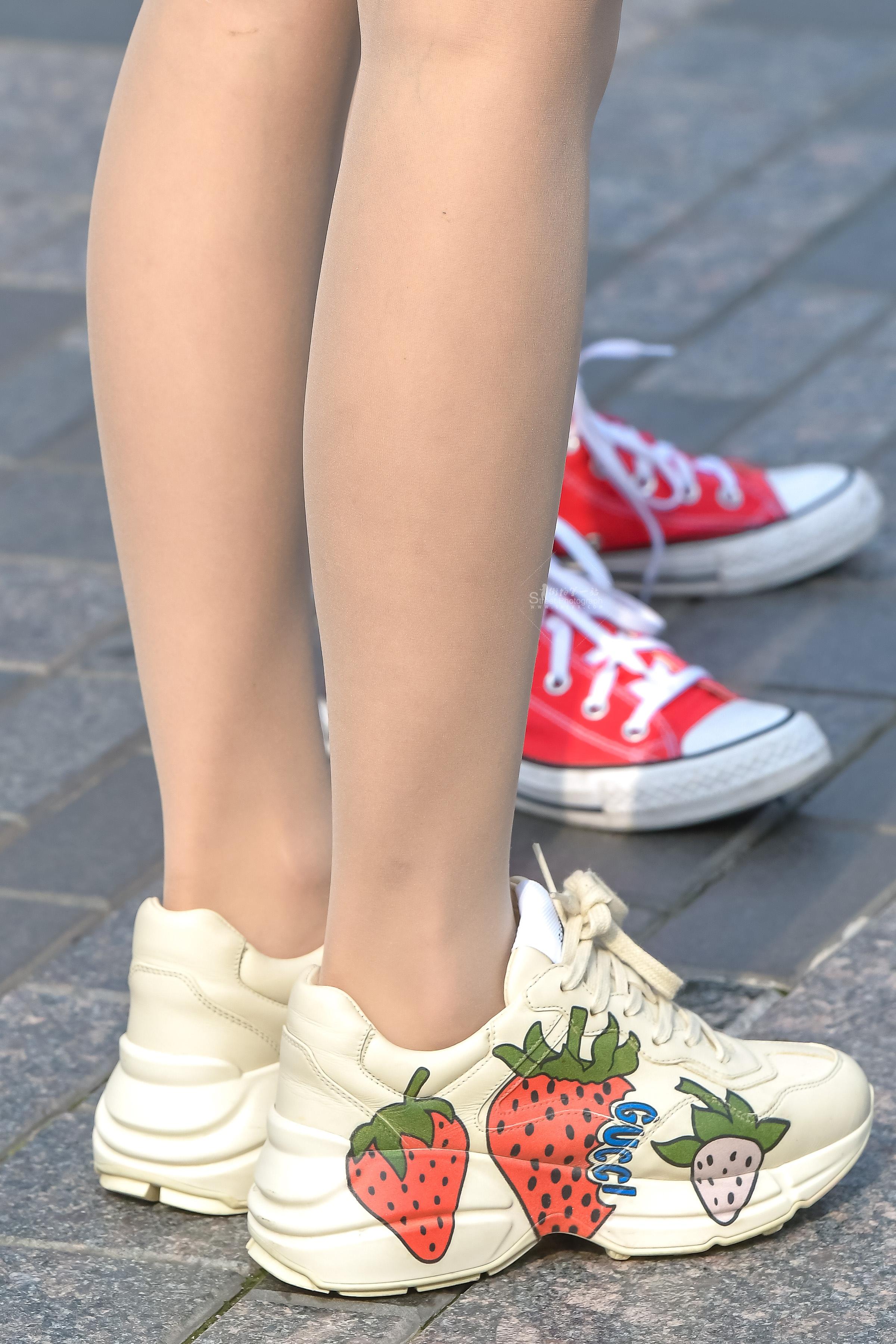 街拍丝袜,街拍超薄,街拍长腿 超薄肉 丝袜大长腿下的可爱纹身贴 最新街拍丝袜图片 街拍丝袜第一站