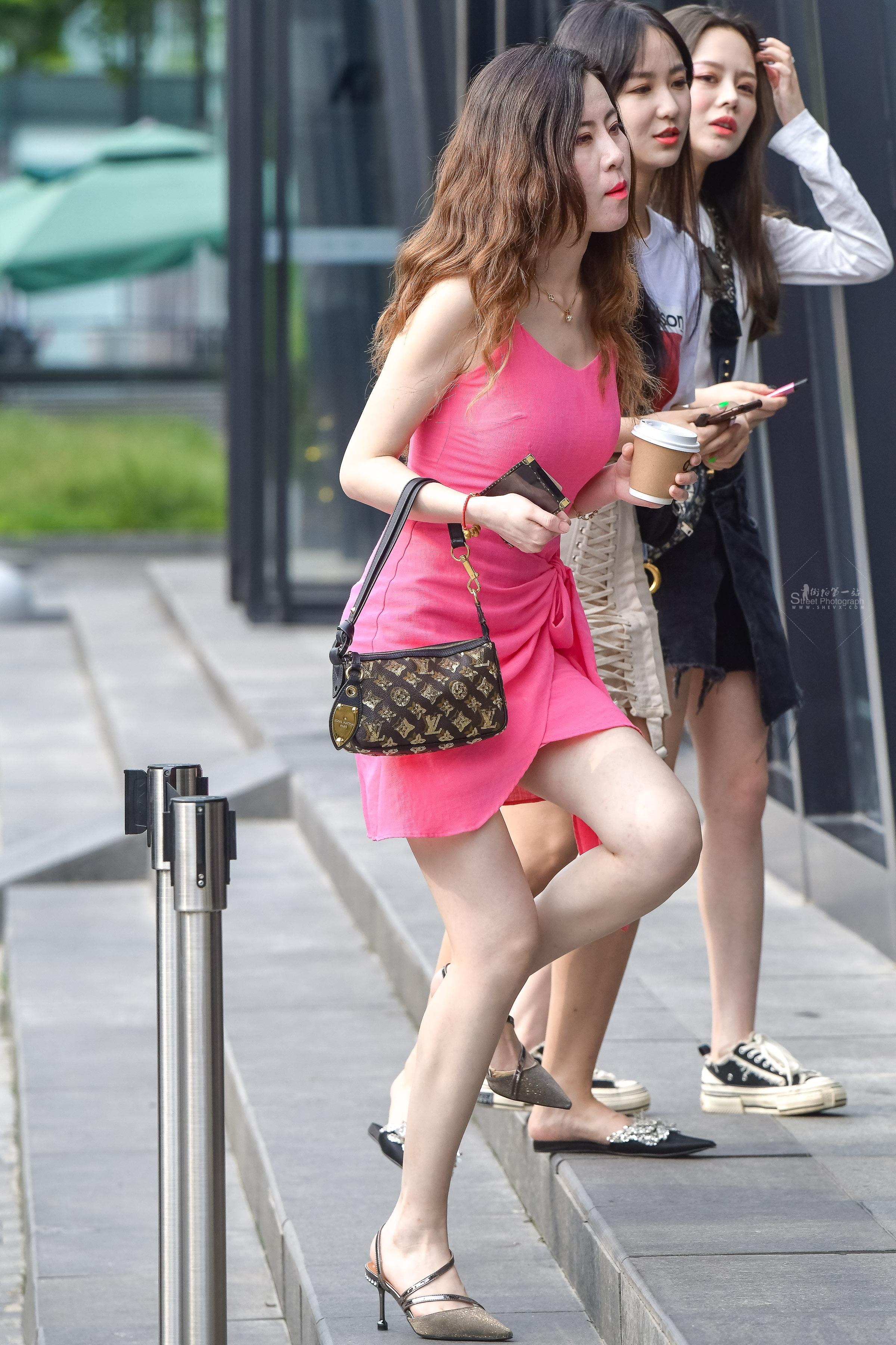 最牛的一张照片和姑娘白白的腿完美的容颜 最新街拍丝袜图片 街拍丝袜第一站