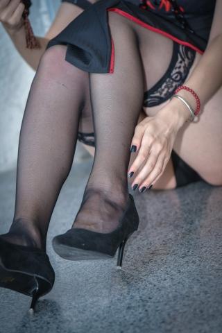 黑丝长筒袜街拍高跟近距离的细腻欣赏
