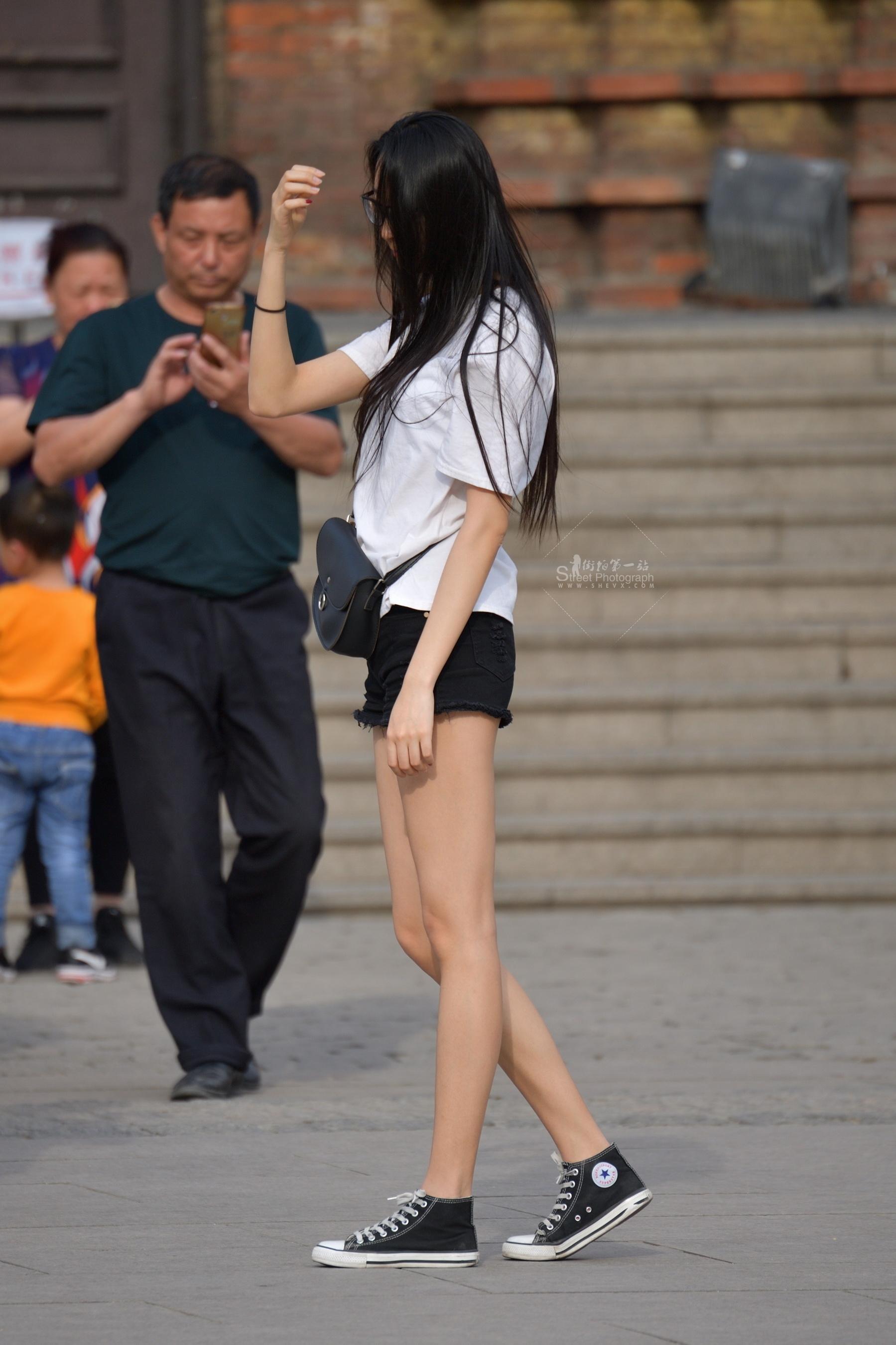 街拍短裤,街拍长腿 长发长腿 短裤 街拍美女图片发布 街拍丝袜第一站