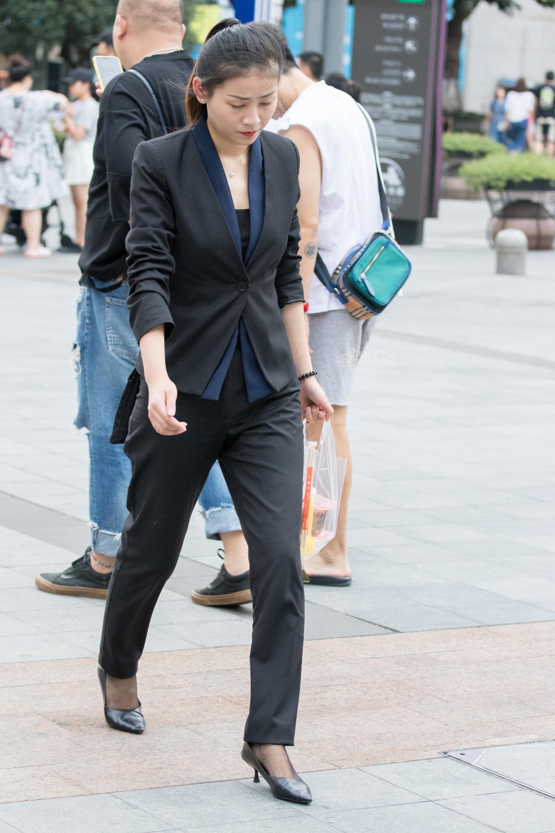 街拍制服,街拍制服美女,街拍美女 俊风摄影+重庆9月13贴 颜值身材不错珠宝专柜 制服美女 最新街拍丝袜图片 街拍丝袜第一站