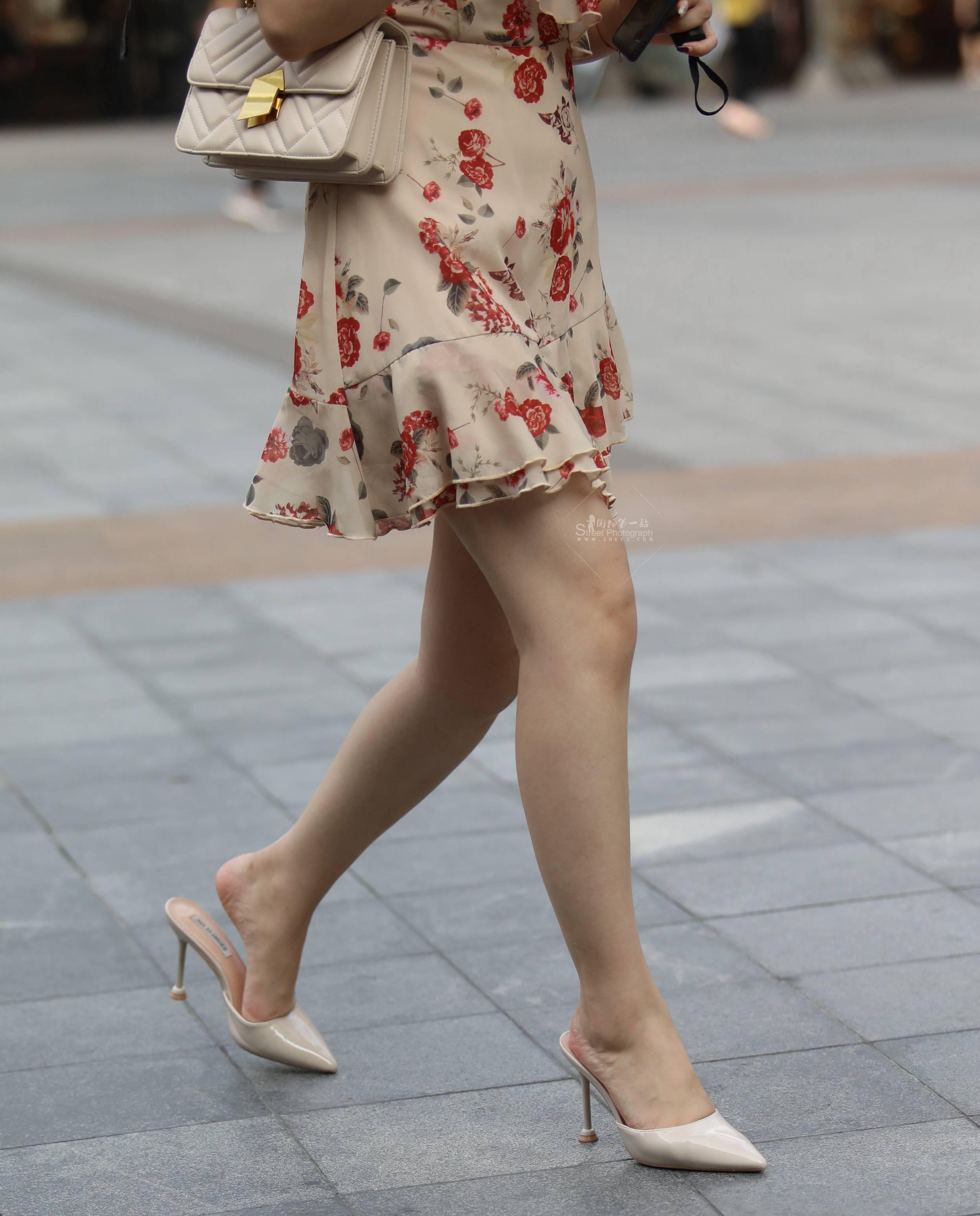 街拍高跟 【珏一笑而过】花裙 高跟Shao Fu 最新街拍丝袜图片 街拍丝袜第一站