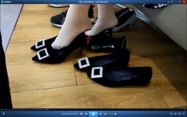 洗面奶视频  连衣裙丝袜街拍美女的男朋友只允许女友试平底鞋禁止高跟[03:21] 街拍第一站全网原创独发!