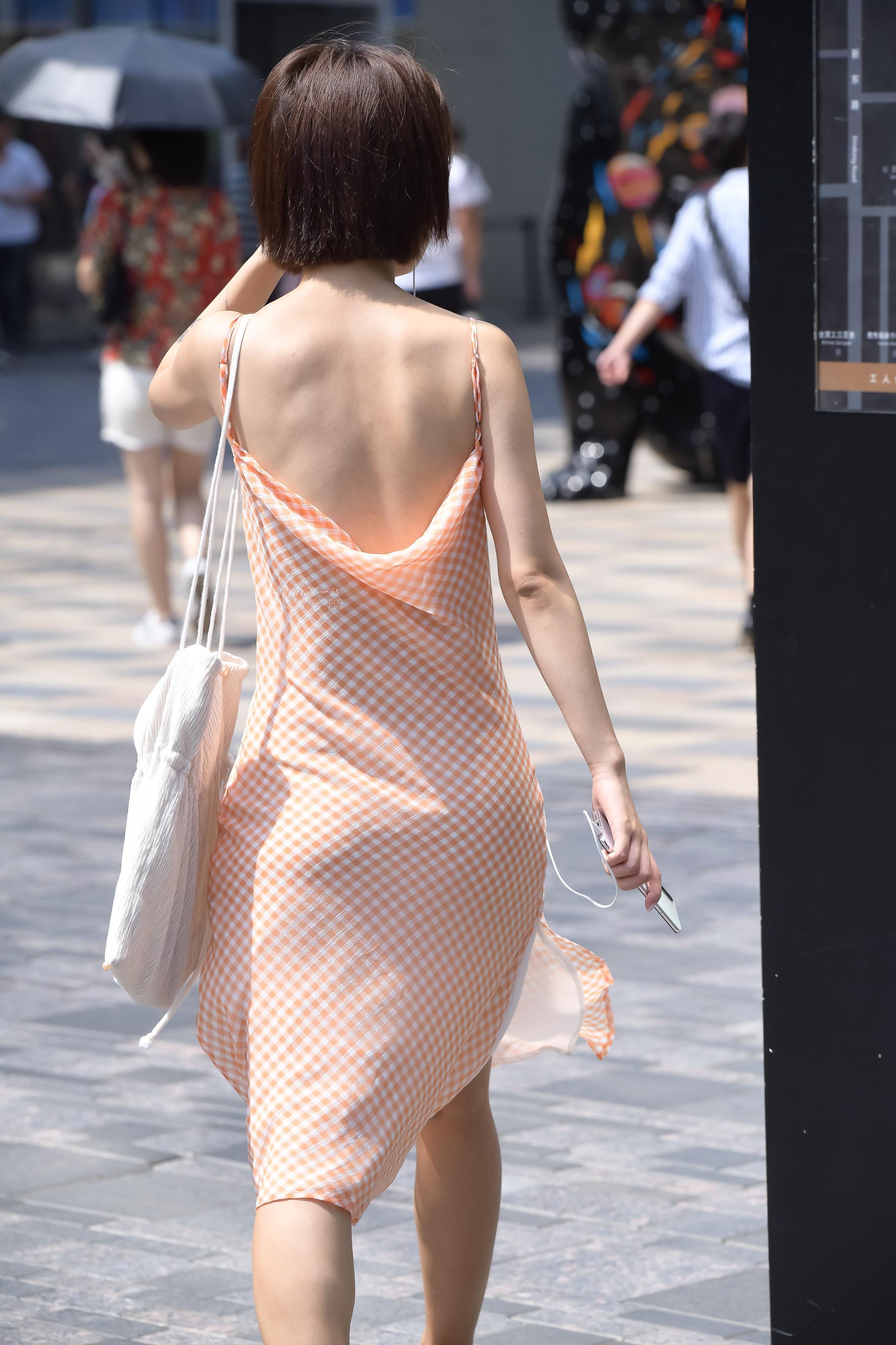 街拍高跟 高跟小仙女的露背裙子太美 最新街拍丝袜图片 街拍丝袜第一站
