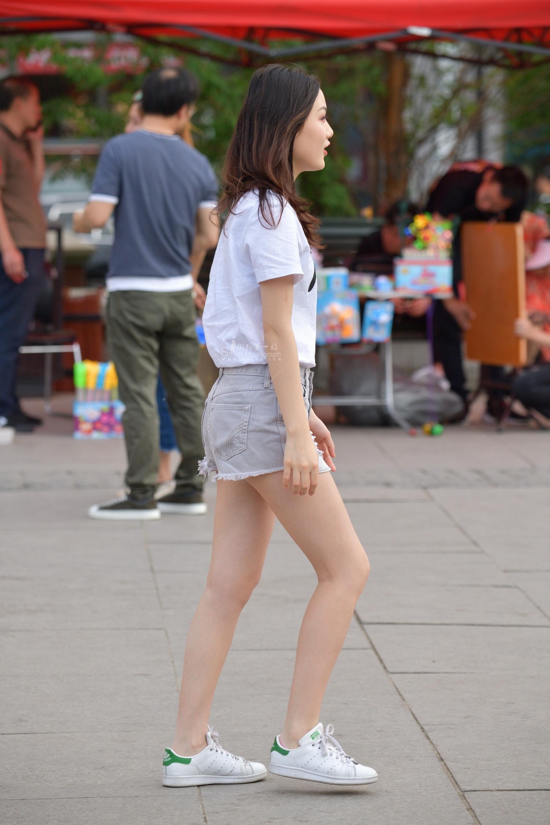 街拍短裤 短裤白衬衫 街拍美女图片发布 街拍丝袜第一站