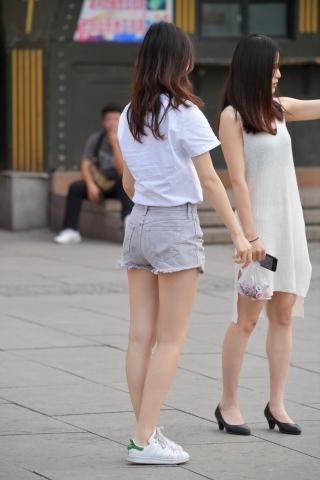VIP街拍图片发布  街拍短裤白衬衫-12张 街拍第一站全网原创独发!
