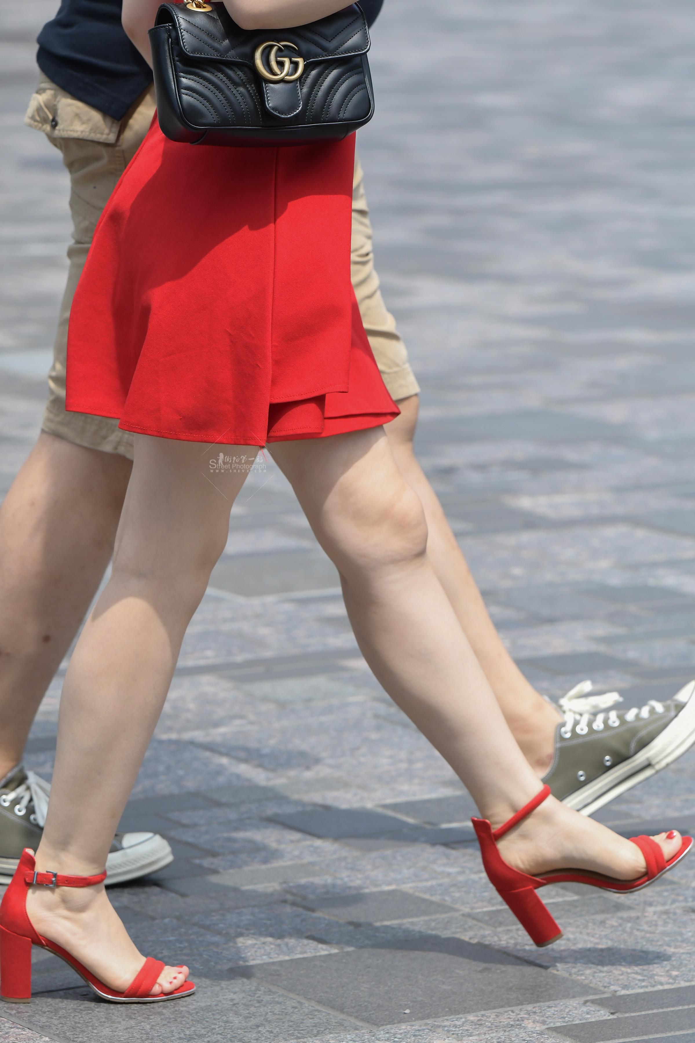 街拍高跟,街拍玉足,街拍美女,街拍高跟美女 目送红裙红 高跟玉腿玉足一字带 高跟美女离开 最新街拍丝袜图片 街拍丝袜第一站