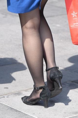 脚底带**功能的街拍黑丝袜黑高蓝裙姑娘