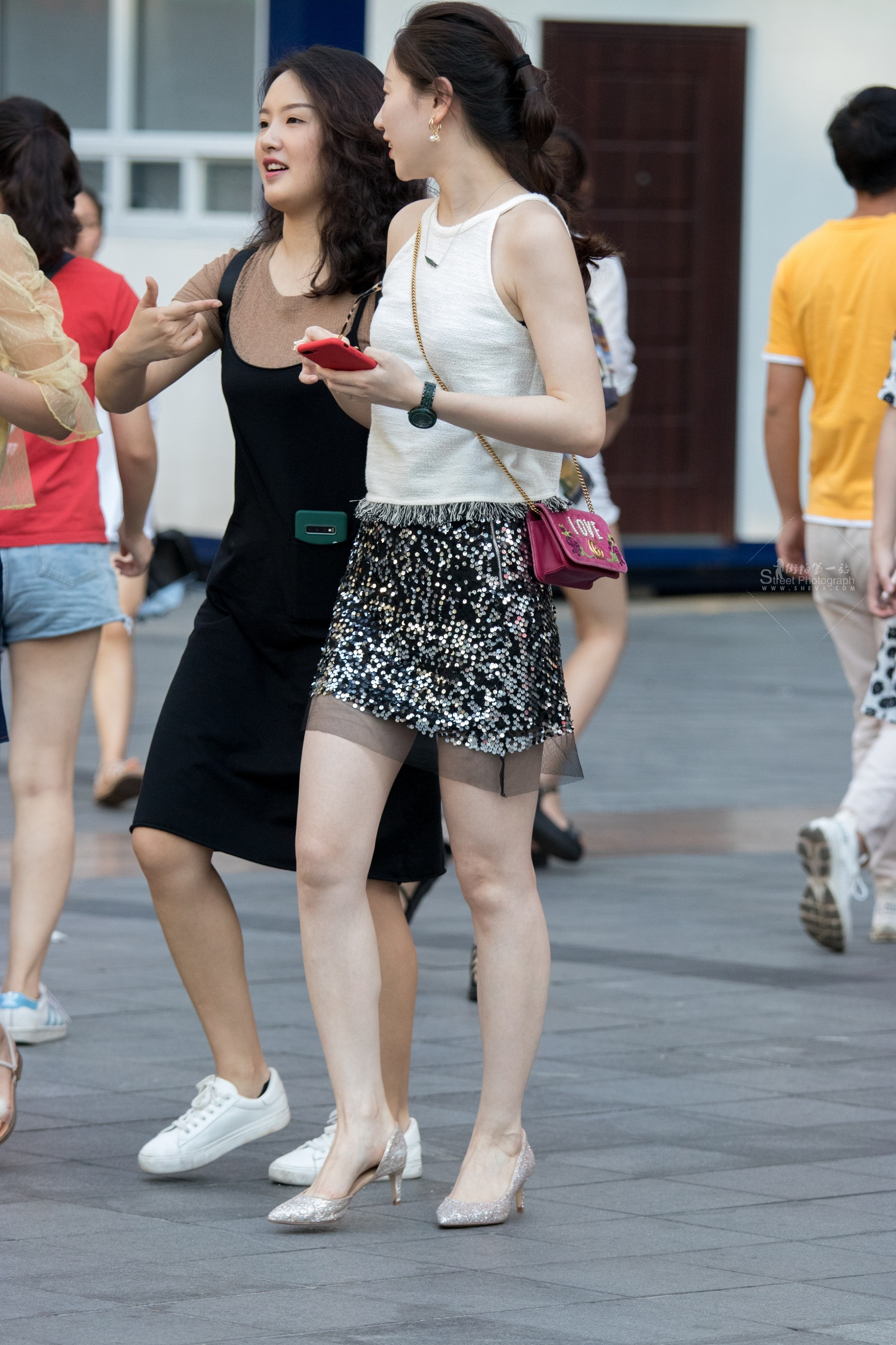街拍高跟 俊風攝影+重慶9月23貼 顏值身材氣質一流皮膚白哲又惑銀色 高跟M腿白富美M婦 最新街拍絲襪圖片 街拍絲襪第一站
