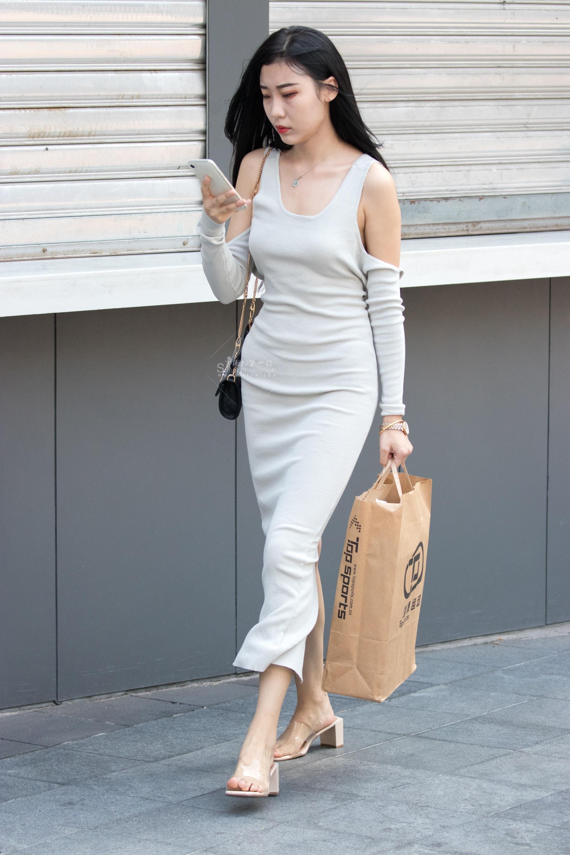 街拍美女 俊风摄影+重庆9月31贴 颜值身材气质一流兴感凉鞋极品 美女 最新街拍丝袜图片 街拍丝袜第一站