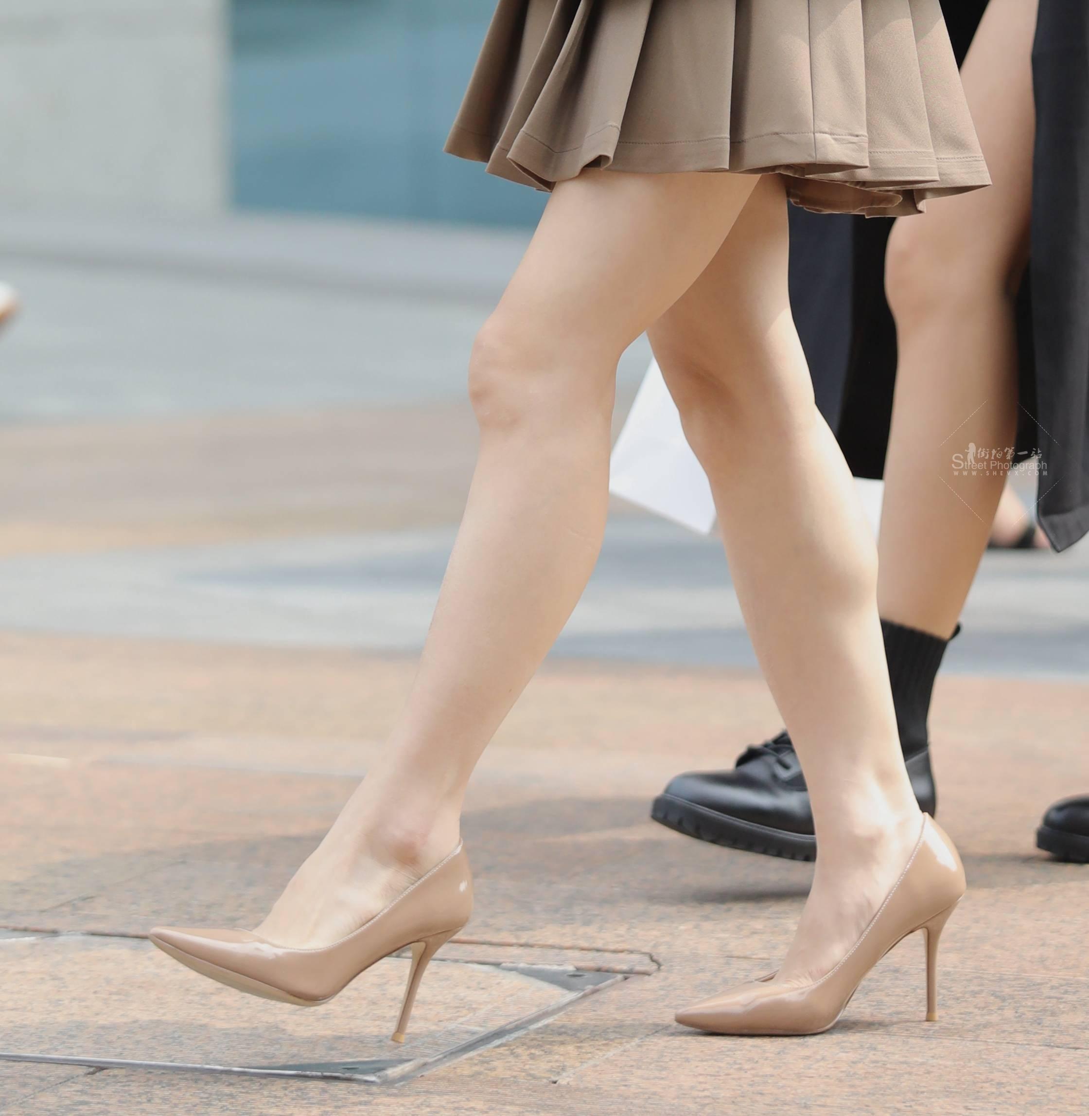 街拍高跟,街拍短裙 【珏一笑而过】短裙 高跟妹子 最新街拍丝袜图片 街拍丝袜第一站