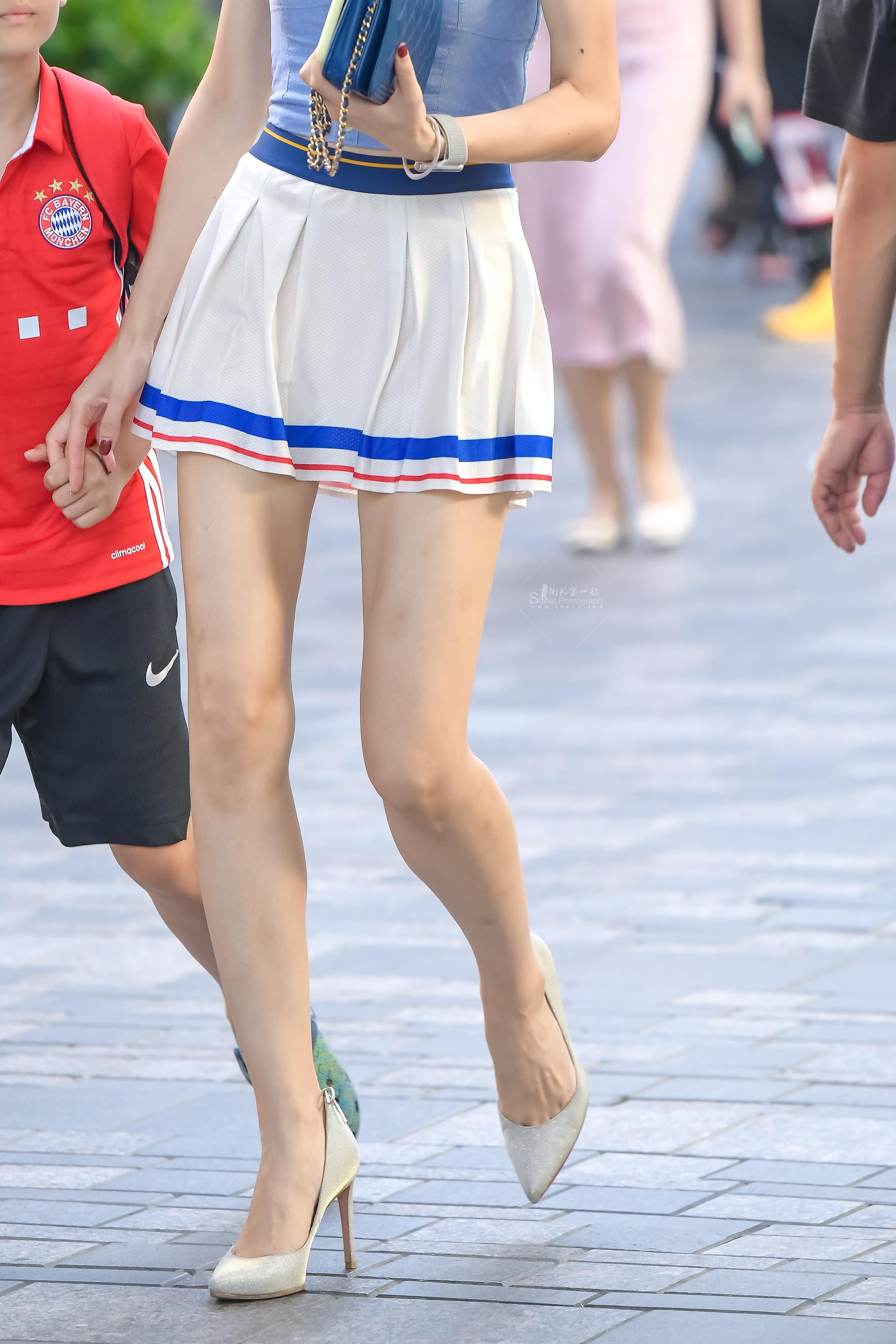 辣妈短裙高跟。这个短裙是拉拉队专属吗? 最新街拍丝袜图片 街拍丝袜第一站