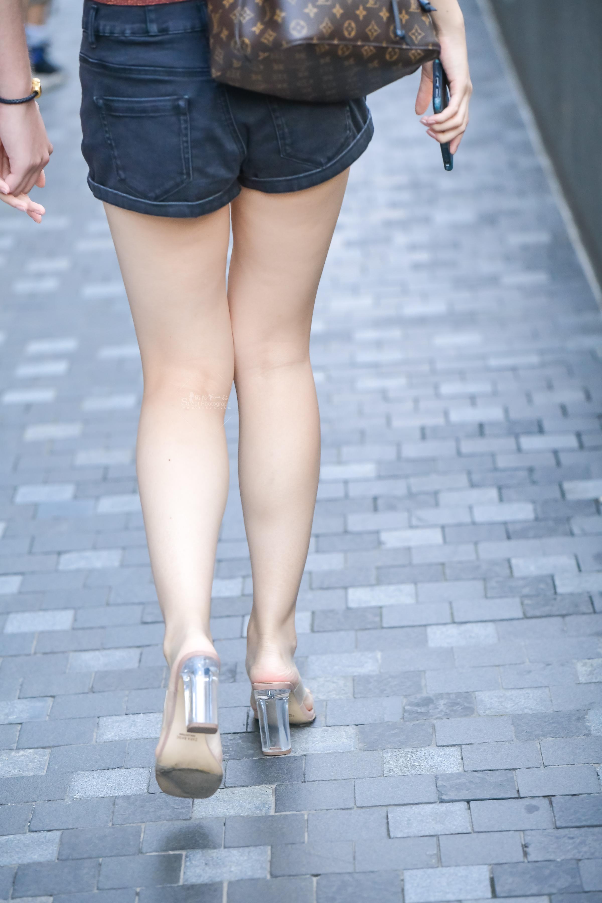 街拍高跟,街拍高跟美女,街拍美女 露背装大白腿 高跟美女的背影迷人 最新街拍丝袜图片 街拍丝袜第一站