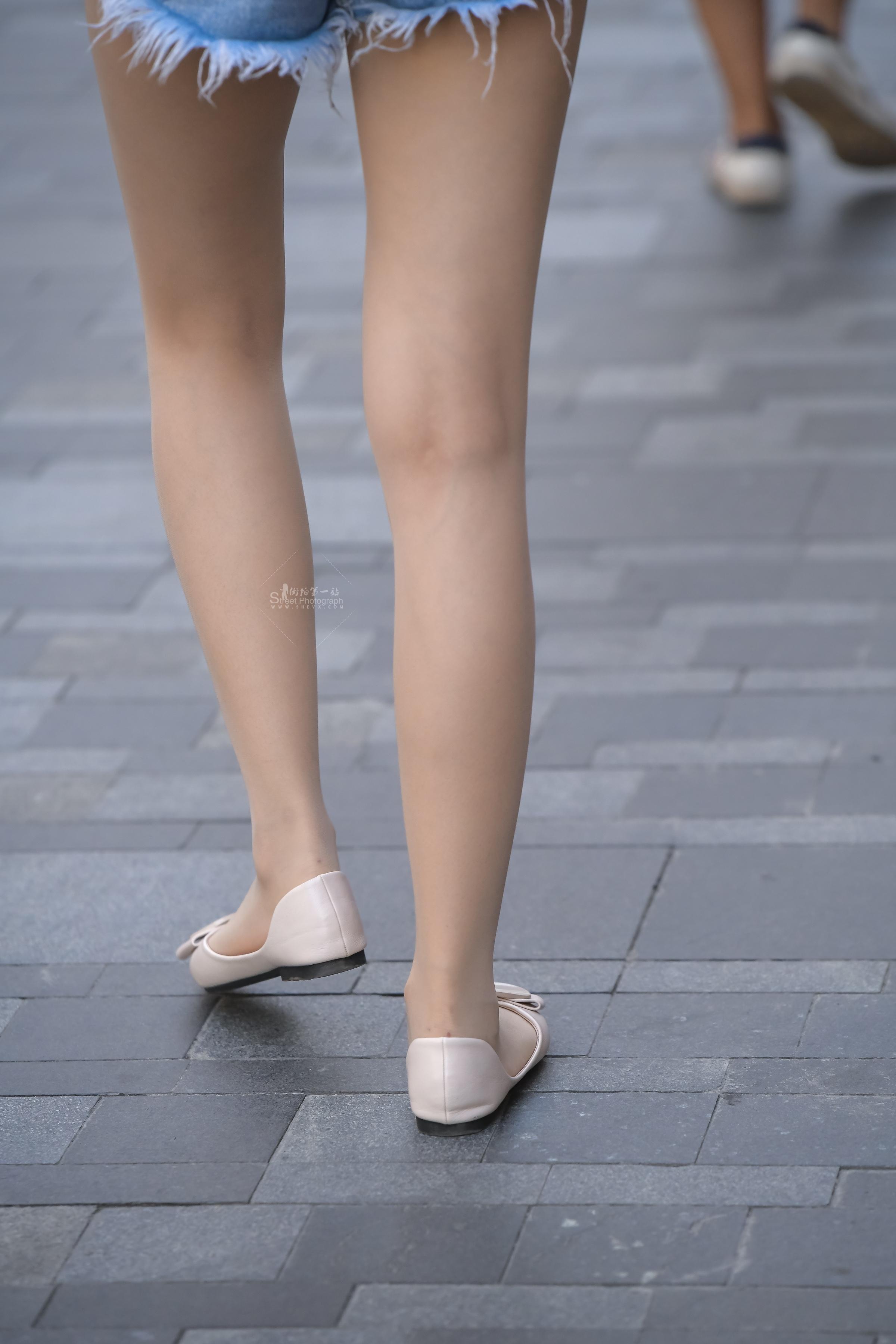 街拍丝袜 肉 丝袜的?#25913;?#38236;头都无法拍出质感和纹理,这个姑娘很讲究,腿长人也美 最新街拍丝袜图片 街拍丝袜第一站