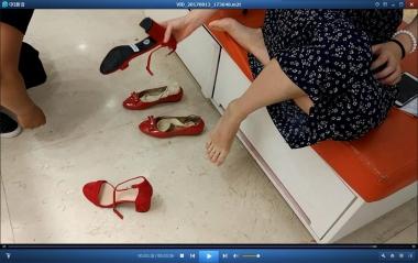 洗面奶视频  脚趾修长而整齐的街拍美女试穿凉鞋[03:36] 街拍第一站全网原创独发!