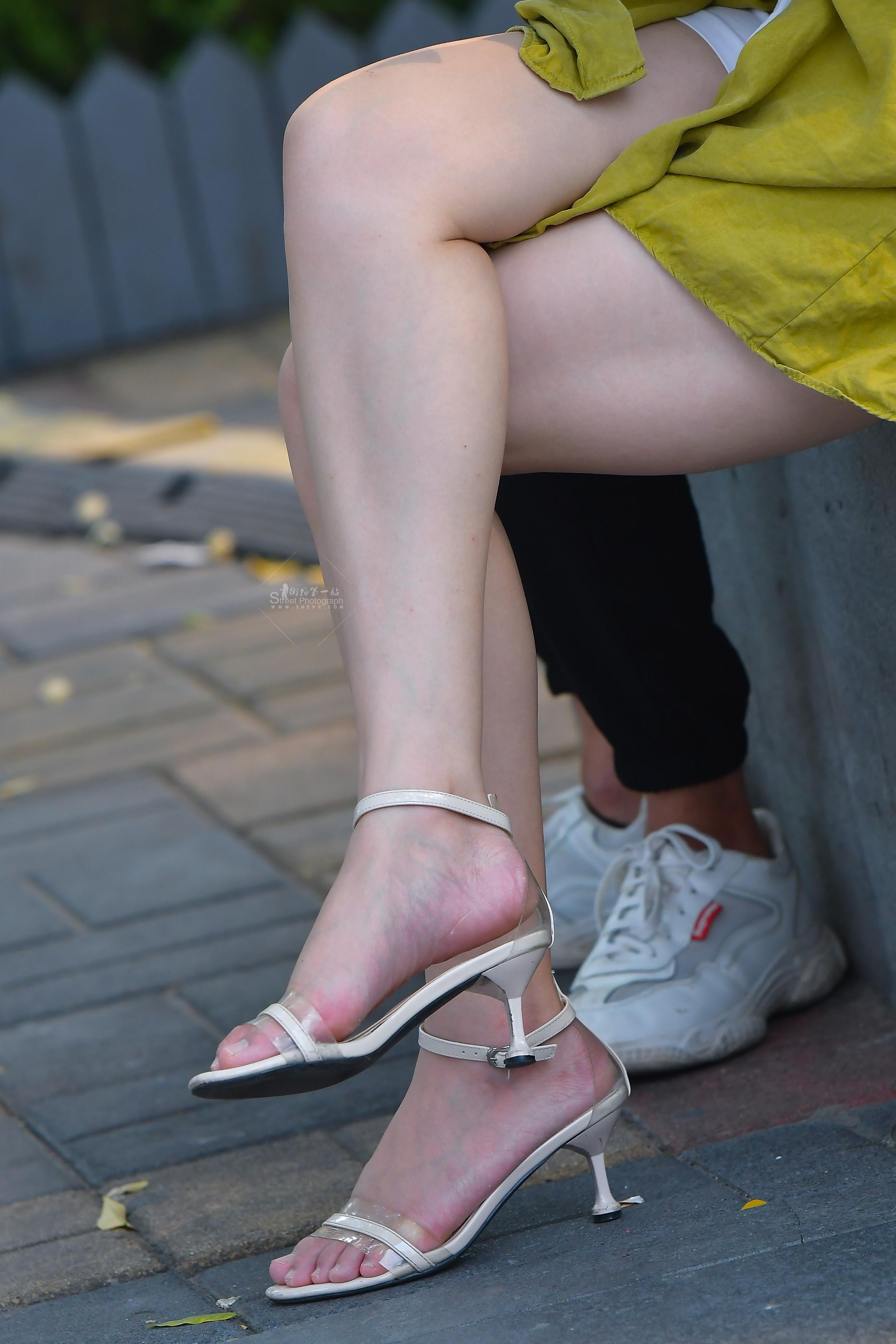 街拍长腿,街拍高跟 白皙粉色迷人 长腿高跟姑娘小憩一会就走了 最新街拍丝袜图片 街拍丝袜第一站