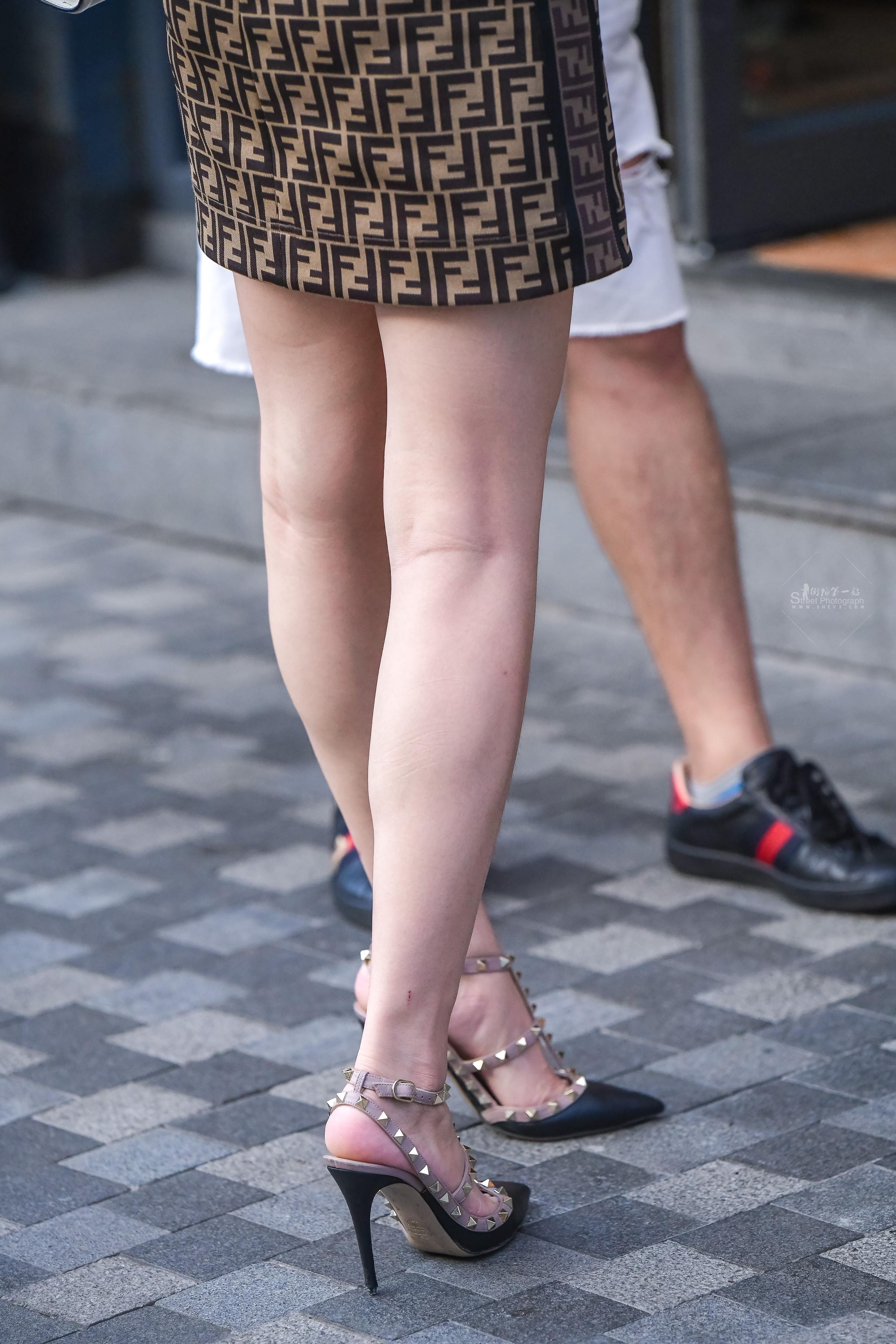 街拍高跟,街拍长腿美女,街拍长腿,街拍美女 白白的时尚 高跟大长腿美女 最新街拍丝袜图片 街拍丝袜第一站