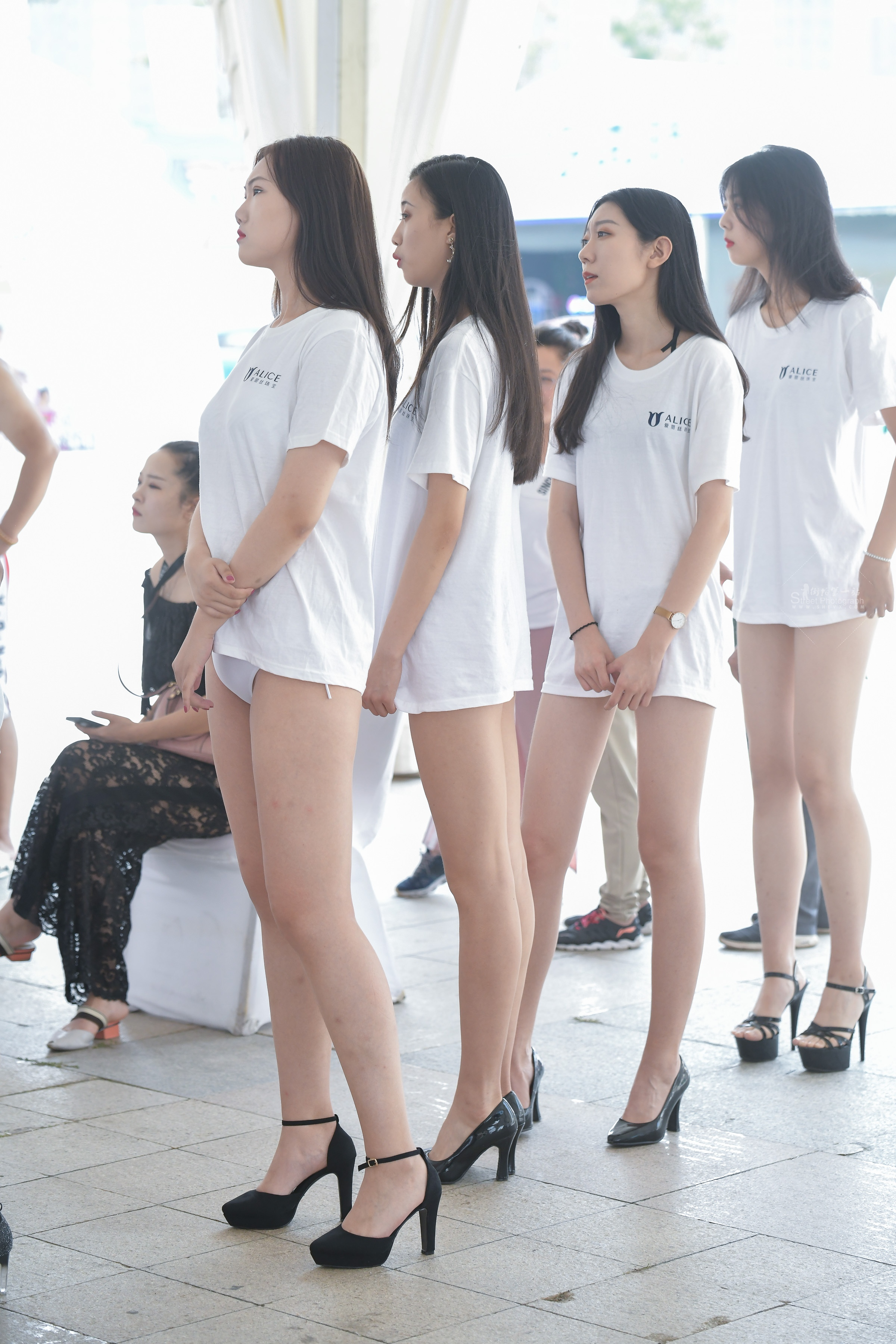 街拍长腿,街拍高跟 模特大赛准备上场的 长腿高跟姑娘们。 最新街拍丝袜图片 街拍丝袜第一站