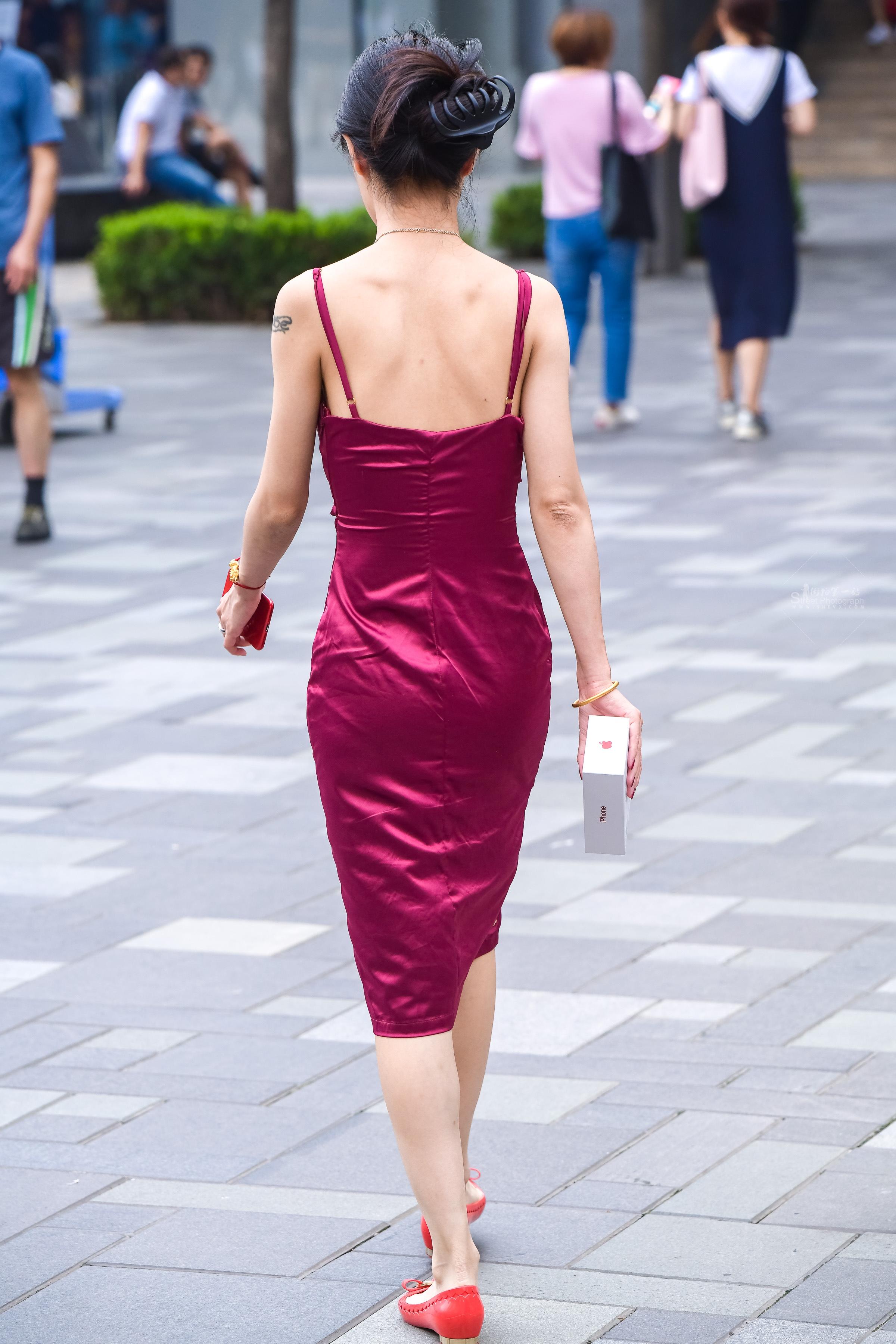 街拍女人,街拍吊带裙 丝绒露背吊带裙小 女人的时尚 最新街拍丝袜图片 街拍丝袜第一站