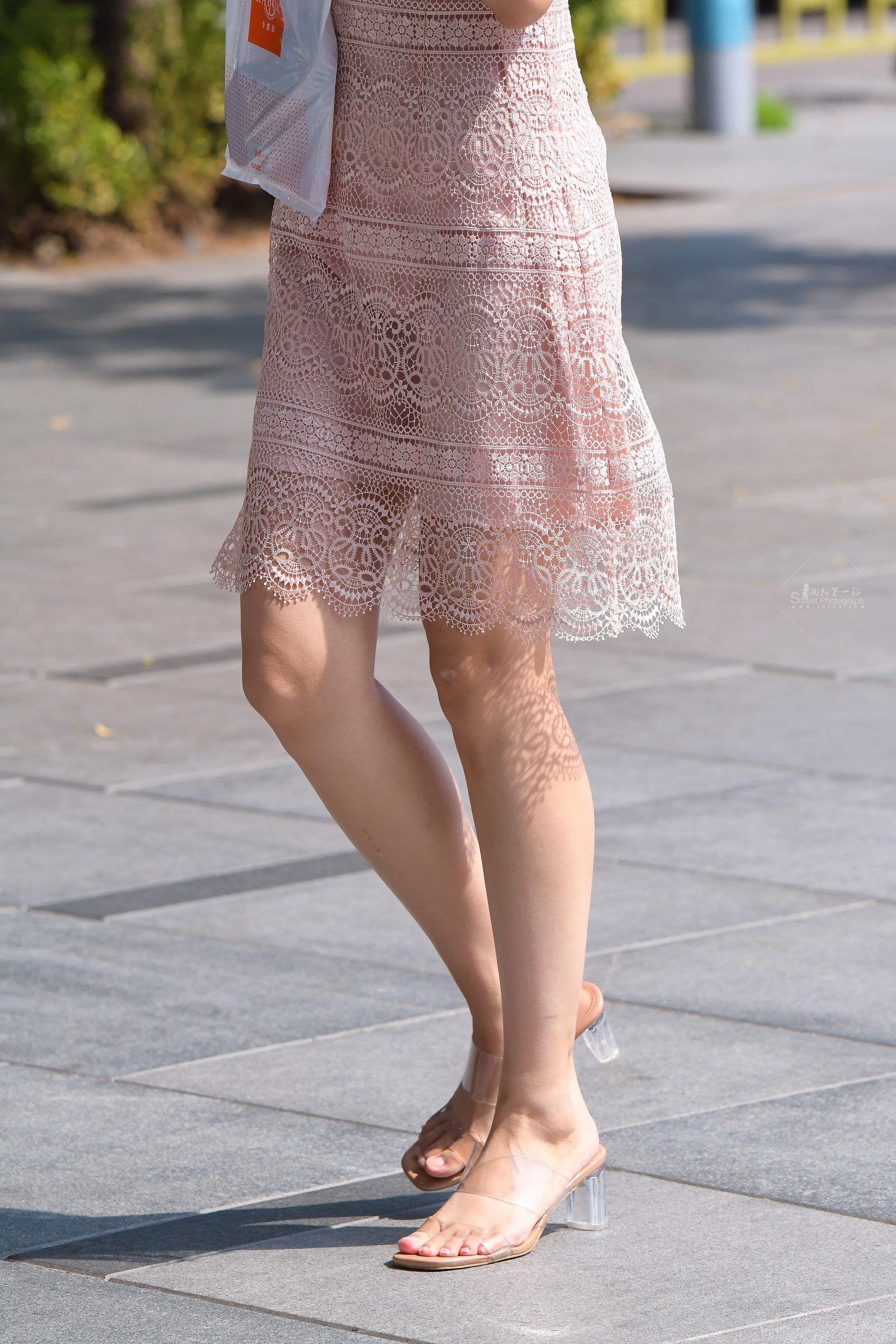 街拍女人,街拍蕾丝,街拍蕾丝裙 蕾丝裙最显 女人气质 最新街拍丝袜图片 街拍丝袜第一站