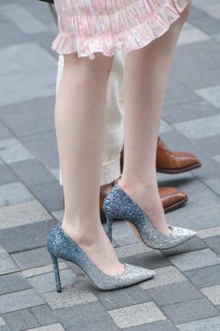 长发水钻街拍高跟白皙长腿姑娘