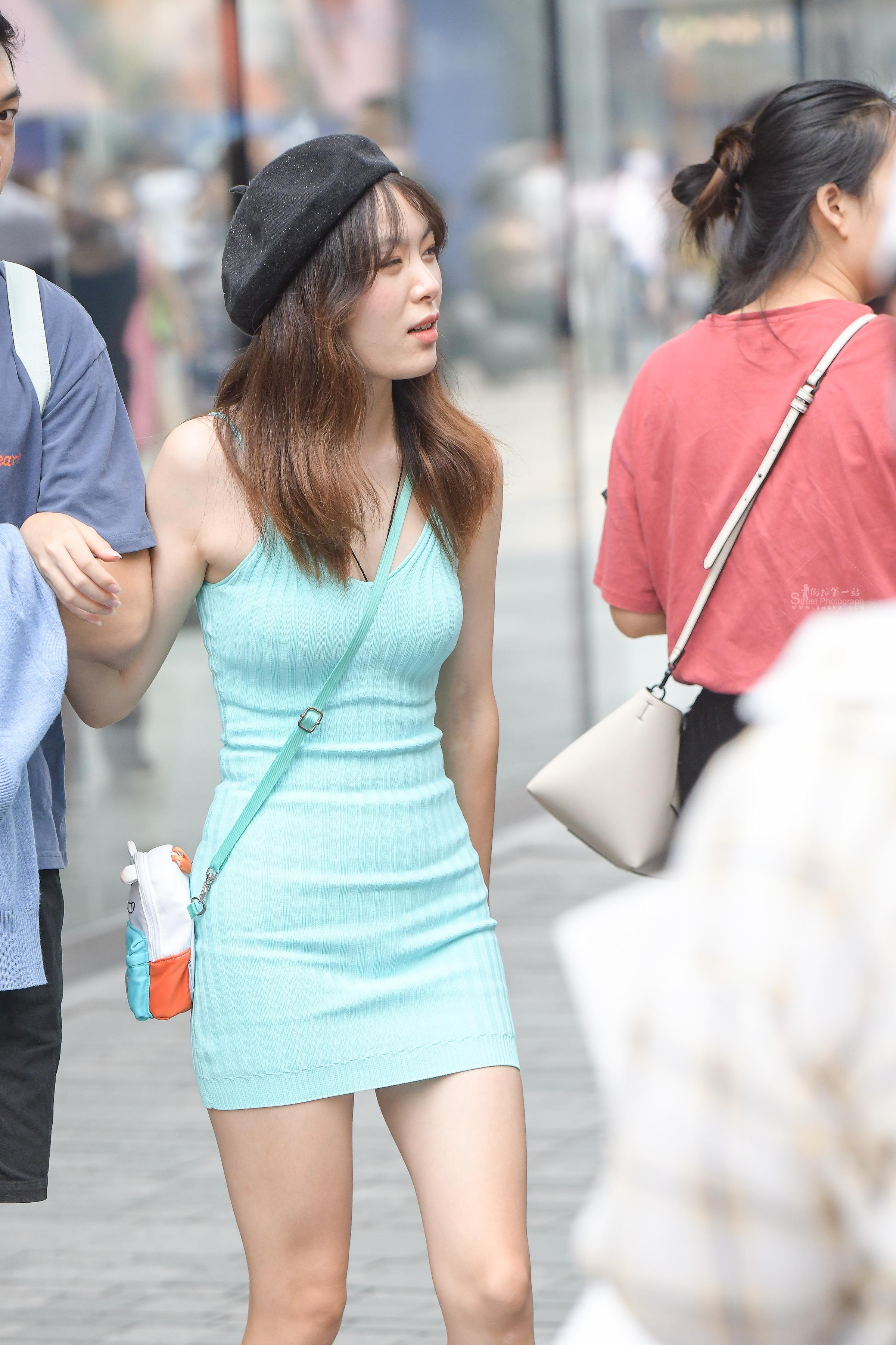 街拍紧身,街拍紧身裙,街拍美女 绿色 紧身裙美女 最新街拍丝袜图片 街拍丝袜第一站