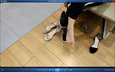 洗面奶视频  藏在运动鞋船袜的嫩足街拍小妹妹试鞋尽显娇嫩[1:47] 街拍第一站全网原创独发!