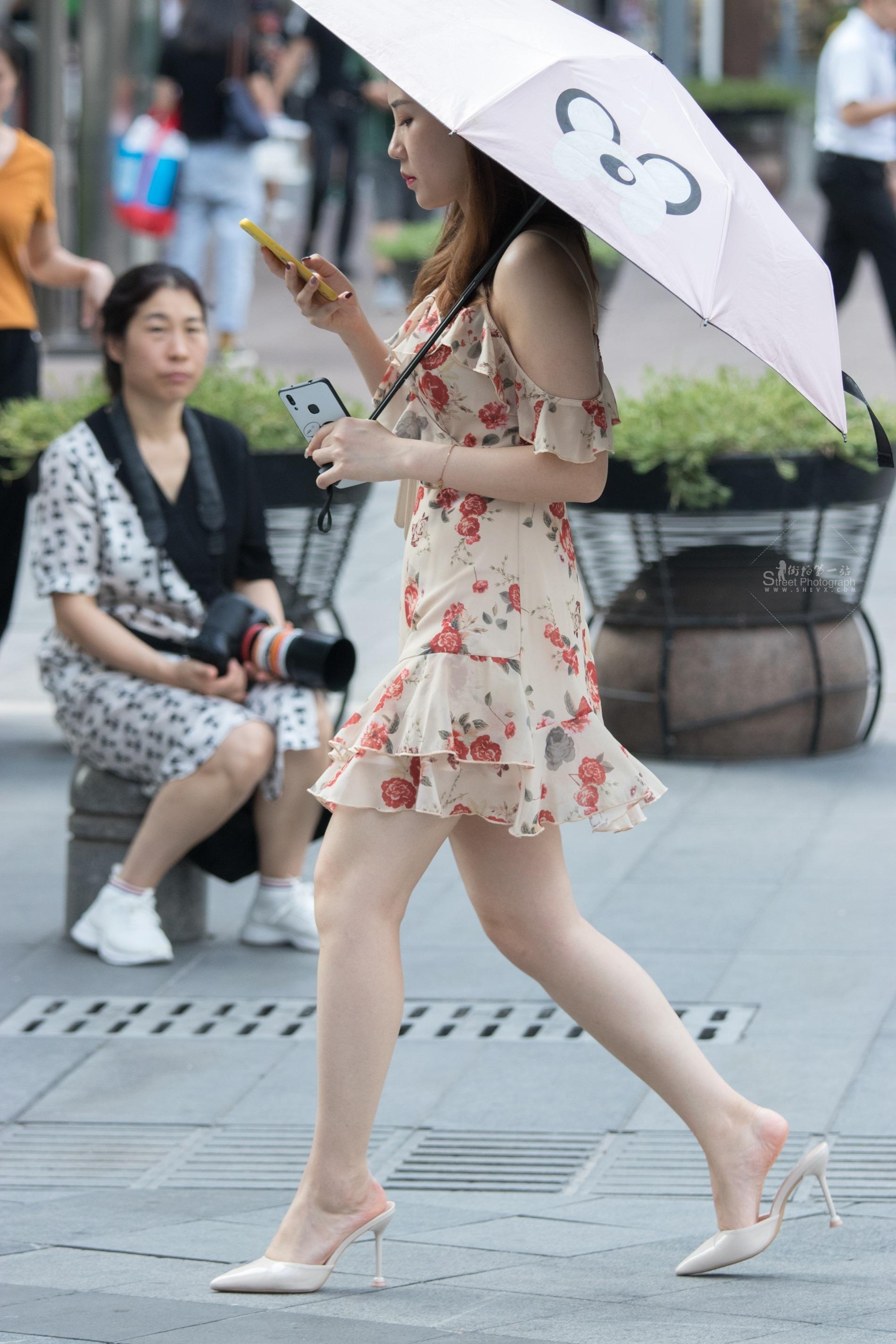 街拍高跟 俊风摄影+重庆9月46贴 颜值不错皮肤白哲又惑 高跟M腿M妇 最新街拍丝袜图片 街拍丝袜第一站