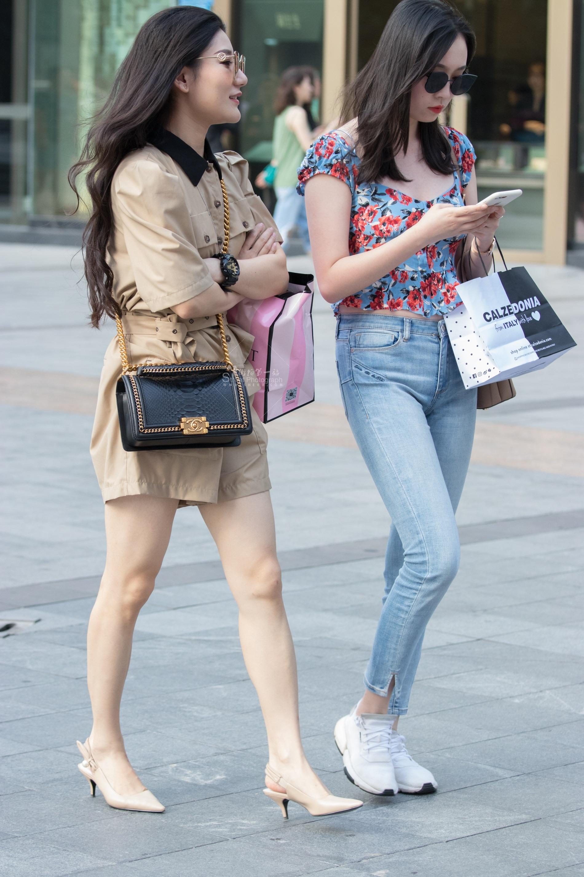 俊风摄影+重庆9月47贴 两个不同风格M妇 最新街拍丝袜图片 街拍丝袜第一站