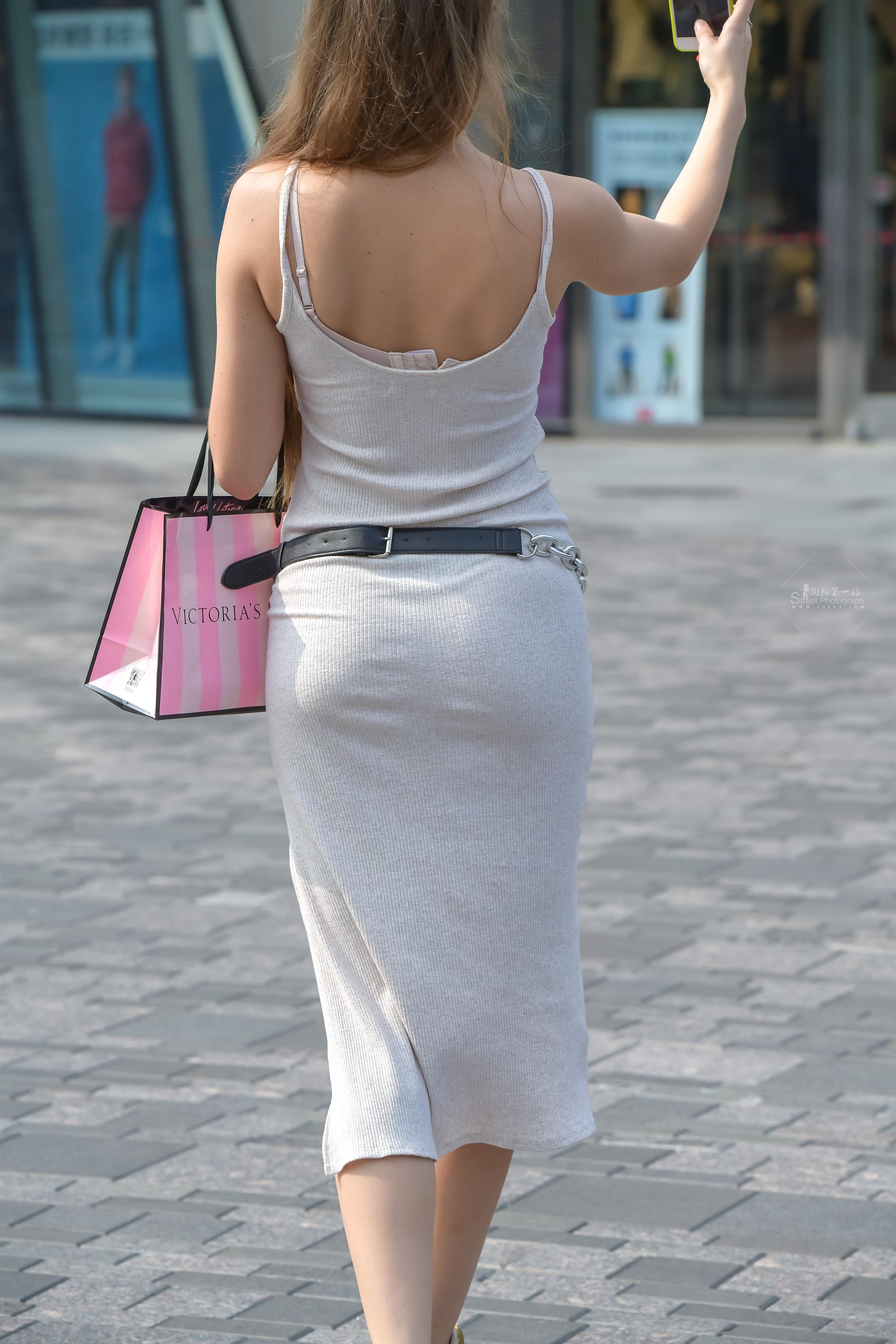 街拍包臀裙,街拍美女,街拍包臀 小的不能再小的丁字和针织 包臀裙,美女真会穿 最新街拍丝袜图片 街拍丝袜第一站