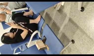 爱在provence视频  小街拍美女脱鞋放松 街拍第一站全网原创独发!