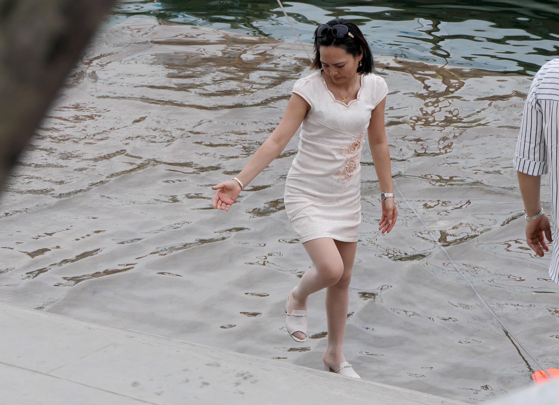 街拍美女,街拍丝袜,街拍肉丝袜袜,街拍肉丝袜 【jim2】白裙肉丝袜袜 美女(12p) 最新街拍丝袜图片 街拍丝袜第一站