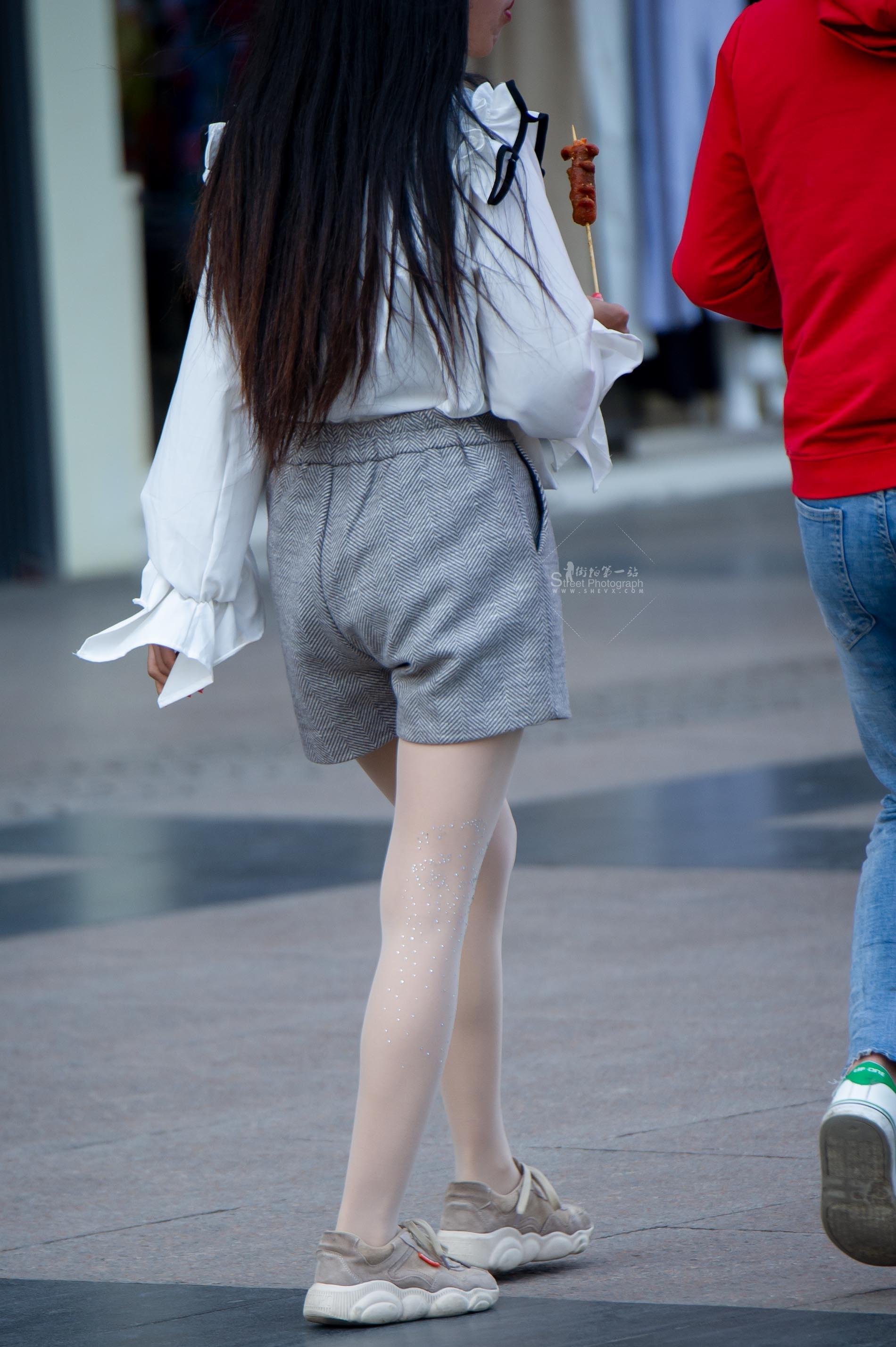 街拍丝袜 【原创】 丝袜上的花纹闪闪发光【13P】 最新街拍丝袜图片 街拍丝袜第一站