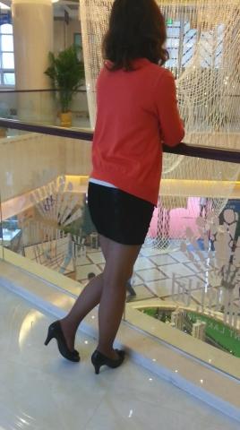 皇家警卫旗视频  中年女子玩鞋(3分58秒,481.6MB,1080P,三星 GT-I9308) 街拍第一站全网原创独发!