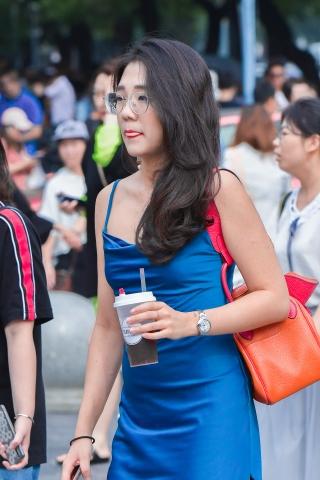 人群中亮眼夺目的丝绒蓝裙高跟眼镜街拍OL